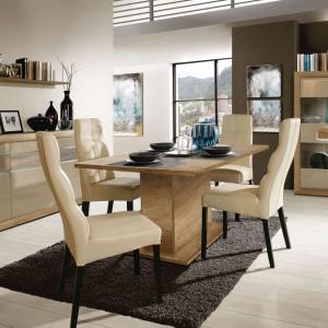 Dębowy dekor stołu Tiziano zachwyca pięknymi rysunkami drewna, zaś cienki blat usytuowany na masywnej nodze sprawia, że jadalnia nabiera nowoczesnego wyglądu. Mebel posiada funkcję rozkładania. Cena: 849 zł Fot. Meble Forte
