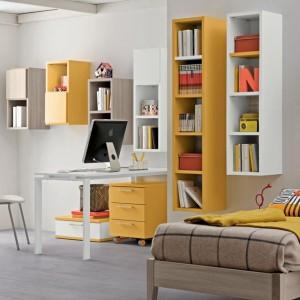 Jasne kolory, proste, nieco geometryczne półki, koniecznie w formie otwartej wprowadzają do wnętrza pokoju przestrzeń i lekkość. Fot. Colombini Casa