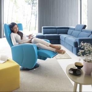 Innari to fotel obrotowy z funkcją relaksu, który dzięki sensorom elektrycznym bardzo łatwo się rozkłada do dowolnej pozycji. Fot. Gala Collezione