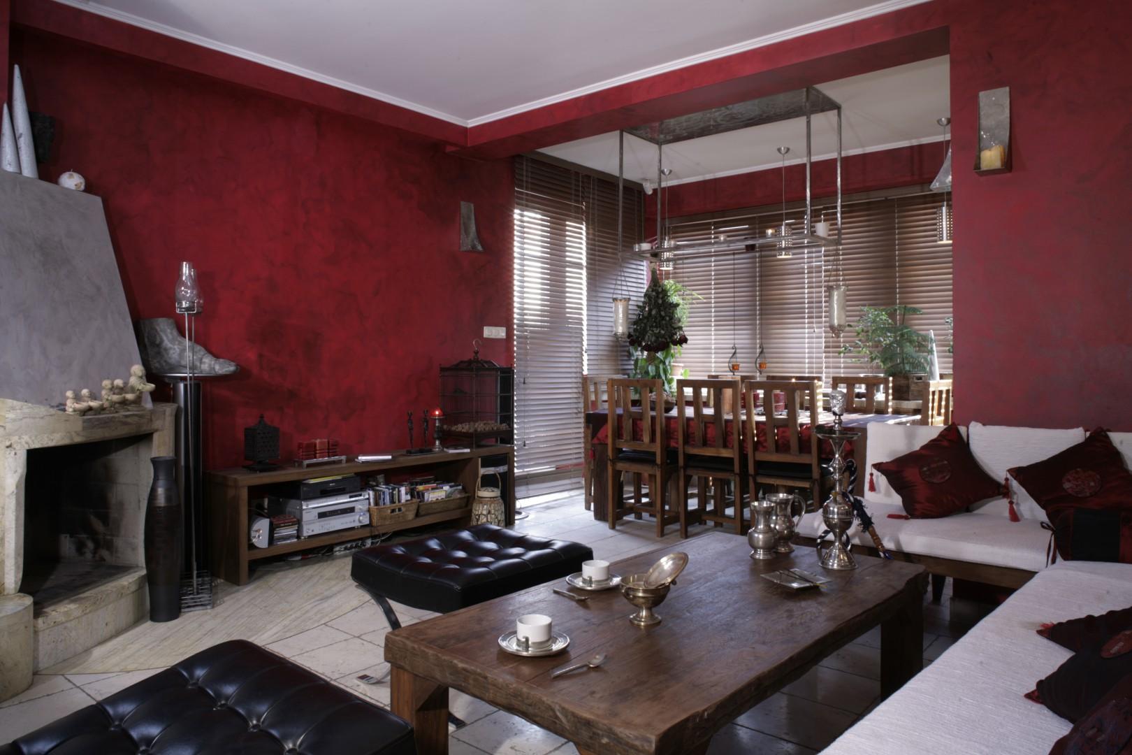 Stylowy salon, utrzymany w stylu klasycznym. Ciemne, ściany w kolorze bordo sprawiają, że wnętrze wydaje się niezwykle przytulne. Projekt: Cezary Tochman. Fot. Bartosz Jarosz