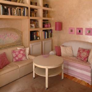 Ta aranżacja salonu udowadnia, że aby zmienić wystrój pokoju nie trzeba wydawać fortuny, wystarczy kilka zabiegów, by wnętrze zyskało styl, którym nam się podoba. W tym przypadku właściciel postawił na dodatki w kolorze różowym. Projekt: Hanna Dzieciniak. Fot. Bartosz Jarosz