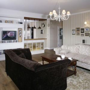 Salon w stylu klasycznym, jednak wyposażony w nowoczesny sprzęt audio-wizualny. Projekt: Boutruczyk. Fot. Bartosz Jarosz