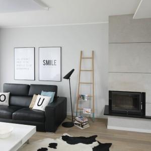 Jasny salon w bieli połączony z modnym betonem architektonicznym będzie świetnym rozwiązaniem do małego pomieszczenia. Projekt: Beata Kruszyńska Fot. Bartosz Jarosz