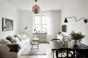 Mały jasny salon. Projekty polecane przez architektów
