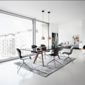 Stół Monza ze szklanym blatem oraz krzesła Adelaide marki BoConcept to propozycja do nowoczesnego wnętrza. Fot. BoConcept
