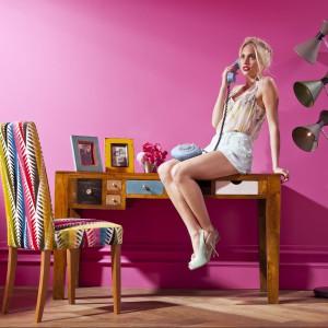 Krzesła tapicerowane fantazyjną tkaniną stanowią eleganckie dopełnienie aranżacji wnętrza. Właściwy wybór materiałów oraz barw może odmienić wnętrze mieszkania lub domu i wprowadzić do niego niezwykłą atmosferę. Fot. Kare Design