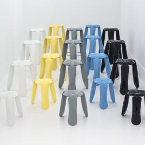 """Pierwszy projekt Oskara Zięty, czyli osławiony stołek """"Plopp"""", początkowo produkowała duńska firma Hay. Później jednak Zięta go odkupił i od tej pory wytwarza pod własną marką Zieta Prozessdesign. Fot. Zieta Prozessdesign"""