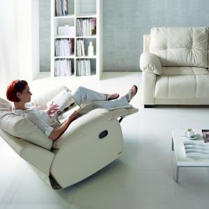 Fotel Relax, jak sama nazwa wskazuje ma relaksować. Zapewnia to regulowany podnóżek i oparcie. Elementy te można dopasować do swoich potrzeb. Fot. Gala Collezione