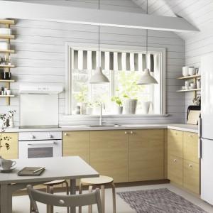 Kuchnia bez górnej zabudowy to modny ostatnio trend. Sprawdza się jednak w kuchniach o sporej powierzchni. Fot. IKEA