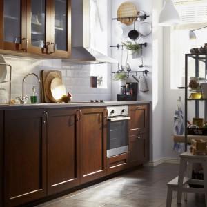 Brązowe meble kuchenne dobrze prezentują się na tle jasnej glazury, np. modnych ostatnio płytek imitujących kafle z pieca. Fot. IKEA