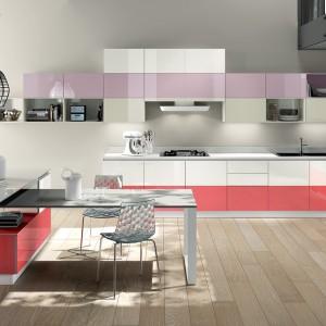 Kolory w kuchni będą ciekawie wyglądały jeśli ułożymy je w fantazyjny sposób. Fot. Scavolini