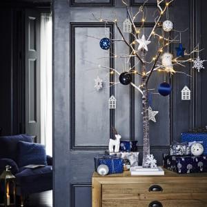 Gałązki sosnowe lub zimowe patyczki można umieścić w dekoracyjnym wazonie i zawiesić na nich lampki. Taka aranżacja będzie również bardzo stylowa. Fot. Sainsburyshome