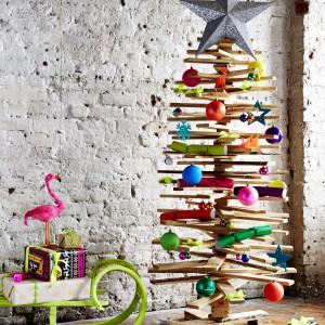 A może nowoczesna choinka z deseczek? To propozcyja dla miłośników DIY, czyli dekoracji wykonanych samodzielnie. Fot. Paperchase