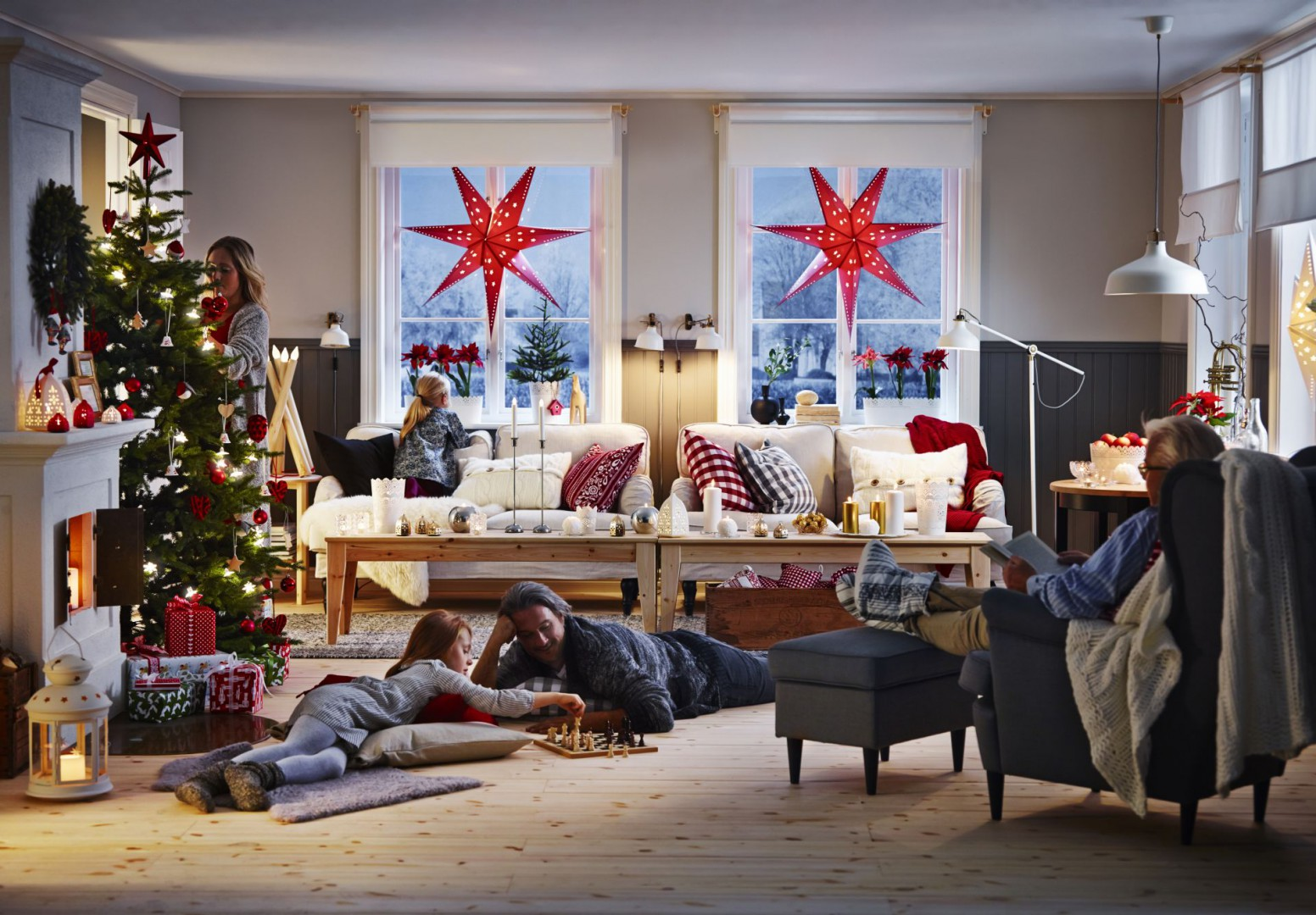 Choinka wprowadza do salonu wyjątkowy klimat, po zapaleniu lampek przestrzeń staje się bardzo nastrojowa. Fot. IKEA