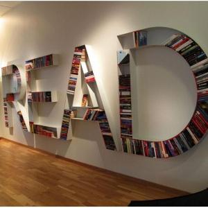 Półka na książki w formie słowa Read w szwedzkim składzie Nordiska Kompaniet w Sztokholmie. Fot. Kim Yokota