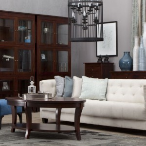 """Model """"Linz"""" powstał z efektownego, egzotycznego drewna durian. Oszczędna, prosta i elegancka linia konstrukcji, oryginalnie wyprofilowane nogi, a także ciepła kolorystyka w połączeniu z walorami użytkowymi mebla, wzbogacają przestrzeń salonu. Fot. Almi Decor"""