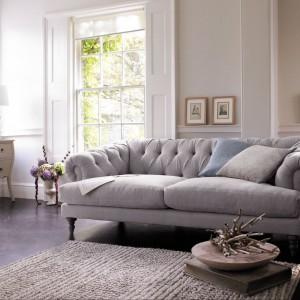 Sofa z pikowanym oparciem, osadzona na wysokich drewnianych nóżkach. Fot. Marks&Spencer