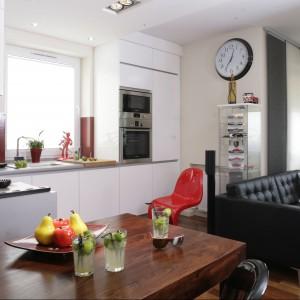 Nowoczesna kuchnia otwarta na salon powinna tworzyć reprezentacyjną i elegancką całość, a sprzęt AGD może z powodzeniem stanowić jej ozdobę. Projekt: Piotr Stanisz. Fot. Monika Filipiuk-Obałek