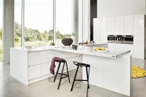 Biała kuchnia w połysku. 10 modnych pomysłów