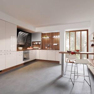 Najmodniejsze kuchnie w wysokim połysku to te w bieli lub delikatnym kolorze ecru. Dodają one wnętrzom przestrzeni i przyjemnie je rozjaśniają. Fot. Impuls