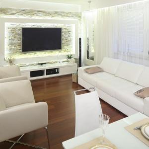 Ściana telewizyjna w wielu domach wyróżnia się na tle innych. Może być na przykład ciekawie podświetlona. Projekt: Małgorzata Mazur. Fot. Bartosz Jarosz