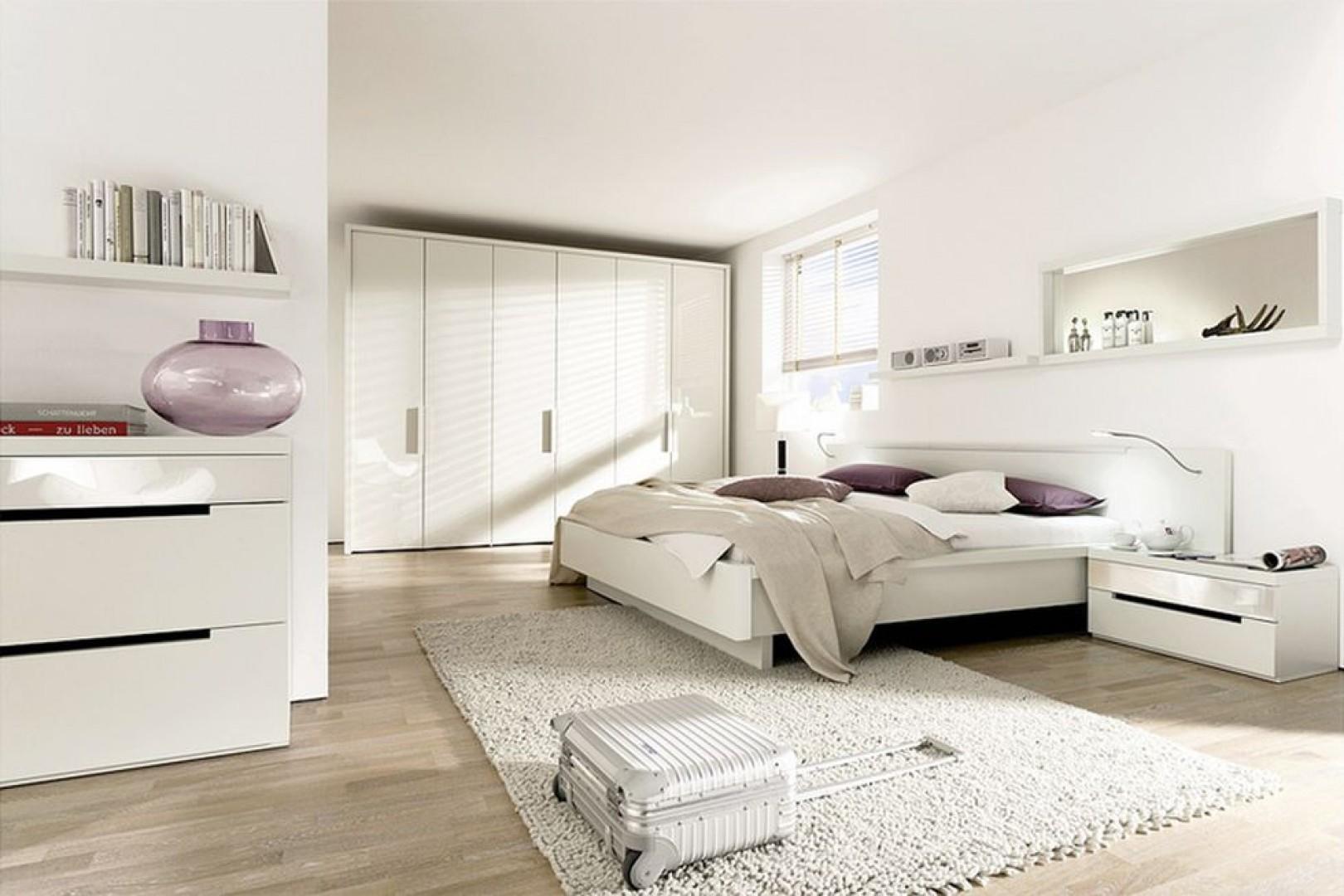 Biała sypialnia w wersji total look. Fot. Huelsta