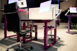 Krzesła i biurka z regulowaną wysokością stają się standardem