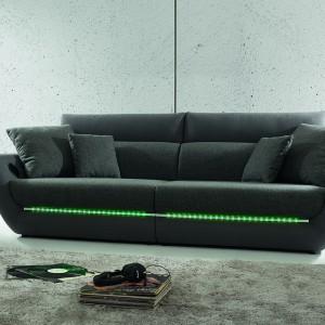 Sofa Fino Mega posiada dekoracyjną listwę LED i możliwość połączenia przewodowego lub bezprzewodowego odtwarzacza audio. Fot. Black Red White