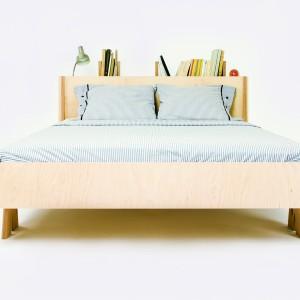 Wezgłowie łóżka pełni tu rolę półki na książki. Fot. Śnimisie