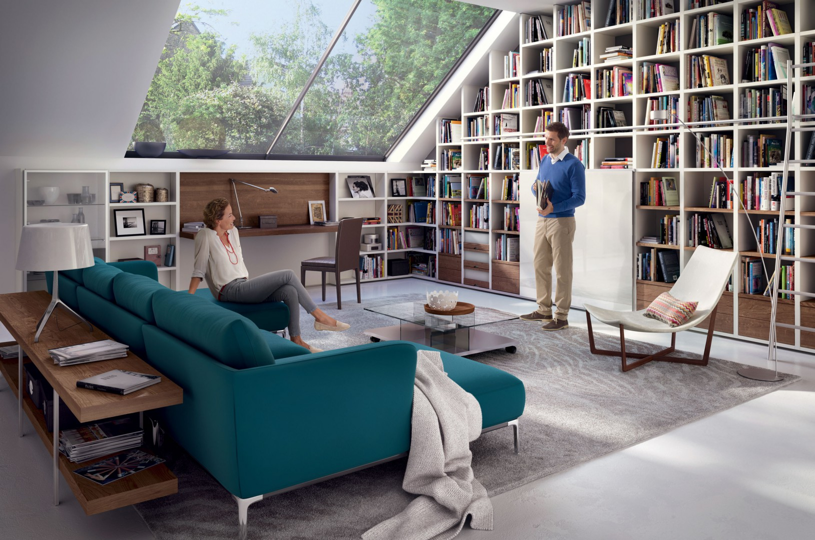 Duży regał na książki doskonale wypełnia miejsce pod skosem. Fot. Huelsta