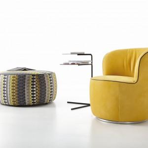 """W przypadku foteli istotne znaczenie ma materiał obiciowy, jakim pokryty jest fotel. Skóra prezentuje się bardziej elegancko, ale podczas upalnych dni przyjemniej siedzi się na tkaninach, ponieważ nie """"kleją się"""" do ciała. Fotel"""