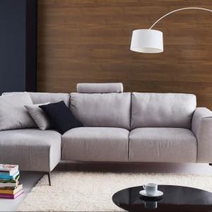 Sofa Calvaro to przyjemność odpoczynku w salonie. Skośne, cienkie nóżki dodają jej nowoczesnego wyglądu, a najmodniejsza w tym sezonie szara tapicerka czyni ją bardzo stylowym meblem. Fot. Etap Sofa