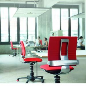 Fotel 3 DEE marki Aeris. Opatentowana technologia 3D umożliwia wykonywanie naturalnych ruchów w trzech wymiarach. Sprytnie dopasowuje się do postawy siedzącego, zwiększając komfort użytkowania. Fot. Dado Design