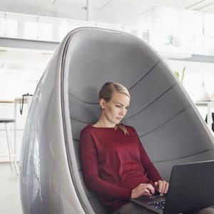 Fotel Koop dedykowany jest przestrzeniom publicznym, jednak sprawdzi się także w salonie jako mocny element aranżacyjny. Fot. Martela