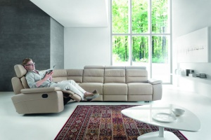Sofa w salonie. Narożniki z funkcją relaksu