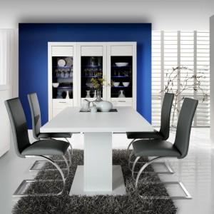 Jadalnia Snow marki Forte to kolekcja nowoczesna, niemalże ascetyczna. Świetnie wygląda przełamana kontrastującym kolorem, na przykład na krzesłach. Cena stołu: 849 zł. Cena krzesła: 558 zł za dwie sztuki. Fot. Forte