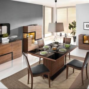 Jadalnia Catania marki Paged Meble to nowoczesna propozycja do wnętrz. Ciekawym elementem są geometryczne kształty mebli, ale też stół na masywnej nodze wykończony połyskującym blatem. Fot. Paged Meble