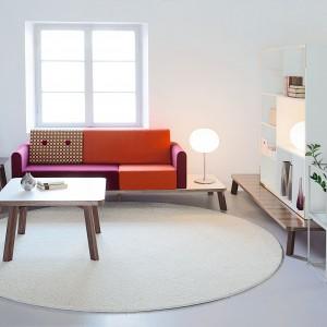Seria mebli biurowych Couture marki Kinnarps, to wielofunkcyjny mebel, który najlepiej opisać jako nowoczesne wcielenie tradycji lat 50. i 60. Pikowane siedziska wyposażone w tapicerowane guziki umieszczone są na ozdobnej podstawie zapewniającej wiele przestrzeni oraz praktyczne miejsce na umieszczenie dodatkowych elementów. Fot. Kinnarps