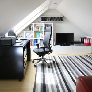 Miejsce pod skosami idealnie nadaje się na ustawienie biurka i wygodnego fotela. Projekt: Aleksandra Wolczyk Fot. Bartosz Jarosz
