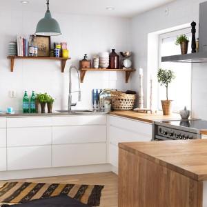 Kuchnia w kształcie podkowy, bez górnej zabudowy wygląda lekko i świeżo. Ceramiczne miseczki i fantazyjne butelki dodają jej niepowtarzalnego uroku. Fot. Ballingslöv