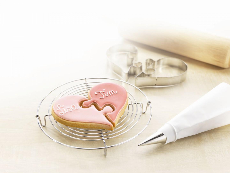 Foremki do ciastek, które pozwalają wykroić elementy serduszek, jako pasujące do siebie puzzle. Fot. Birkmann