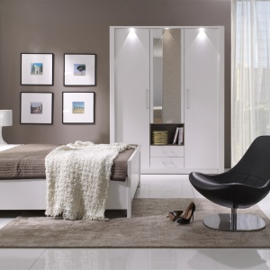 Sypialnia New York w modnym wykończeniu biel w połysku. Fot. Stolwit