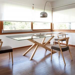Stół ze szklanym blatem, na oryginalnej podstawie. Fot. Gea