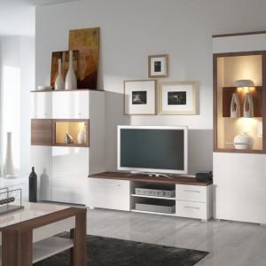 Kolekcja Alvaro to biel na wysoki połysk ocieplona drewnem. Witryny podświetlone ciepłym światłem nadają wnętrzu klimatu. Fot. Wójcik Meble