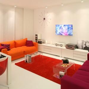 Sofy i dywan w energetycznych kolorach dobrze wyglądają na tle białych mebli i ścian. Projekt Katarzyna Mikulska-Sękalska. Fot. Bartosz Jarosz