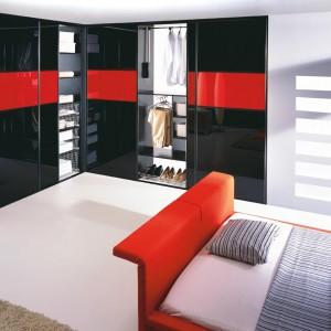 Połyskujące, czarne drzwi wprowadzą do wnętrza sypialni elegancki i gustowny klimat. Fot. Komandor