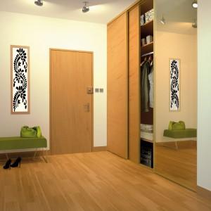 Drzwi zabudowy nie muszą być gładkie; delikatny rysunek drewna nadaje tej prostej zabudowie wyrazisty charakter. Fot. Quamiro