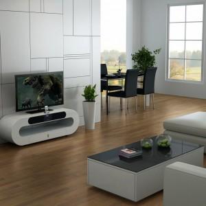 Szafka RTV Oval w połyskującym, białym kolorze świetnie sprawdzi się w nowoczesnym salonie. Fot. Albero