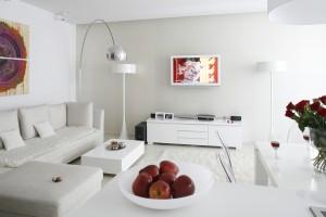 Białe meble w salonie - zobacz inspiracje z polskich mieszkań
