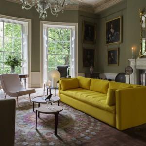 Jeśli chcemy wprowadzić do salonu trochę kolorowych akcentów, warto kupić sofę o ciekawej barwie. Żółty słoneczny odcień z pewnością rozświetli każdy salon. Fot. Hay